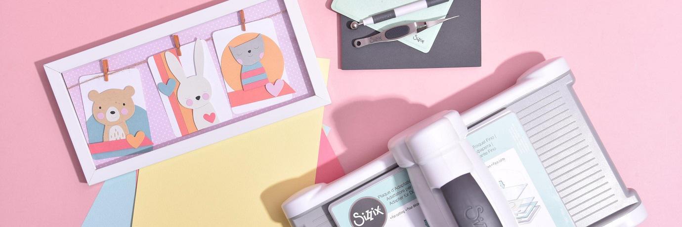 SizzixStrojčki, šablone, teksturne plošče in še mnogo več ... Olajšajte si ustvarjanje z izdelki Sizzix!